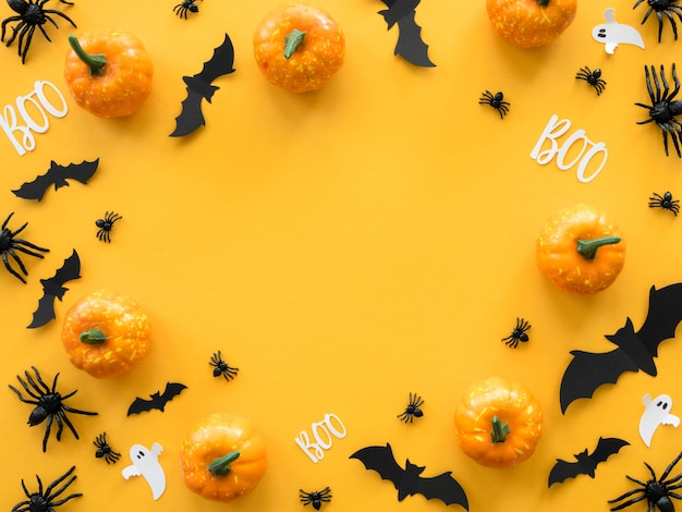 Top view creepy halloween concept with bats and pumpkins Premium Photo