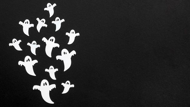 Top view creepy halloween ghosts with copy space Free Photo