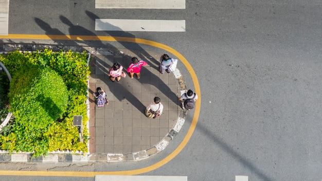 トップビューの人々の群衆は市のビジネス通りの歩行者の上を歩く Premium写真