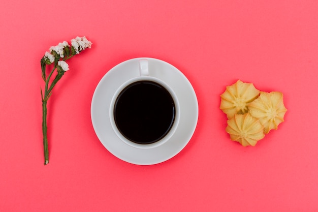 Top view cup of coffee with biscuits and flower Free Photo