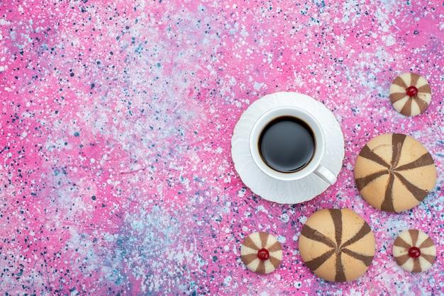 色付きの背景ビスケット砂糖甘い色のチョコレートクッキーと共にコーヒーのトップビューカップ 無料写真