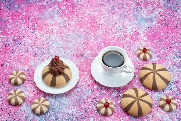 色付きの背景砂糖甘い色のチョコレートクッキーと共にコーヒーのトップビューカップ 無料写真