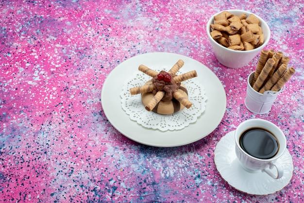 紫のデスククッキービスケット甘い色のクッキーと一緒にコーヒーのトップビューカップ 無料写真