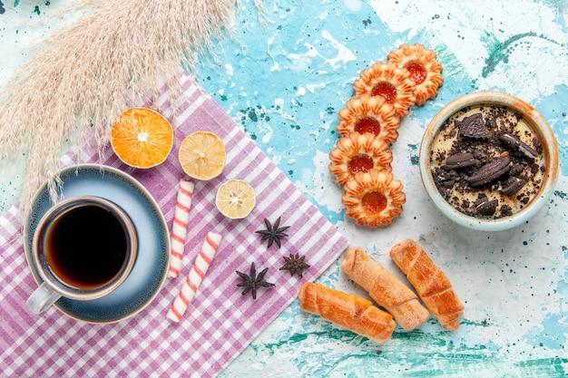 水色のデスクケーキにベーグルとクッキーとコーヒーのトップビューカップは甘い砂糖パイビスケットを焼く 無料写真