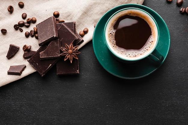 Вид сверху чашка кофе с шоколадом Бесплатные Фотографии