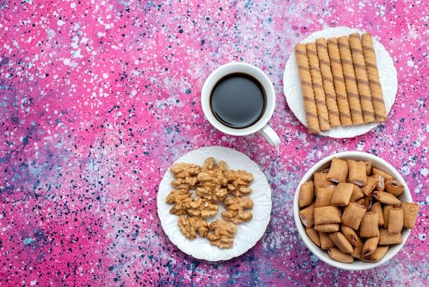 Вид сверху чашка кофе с печеньем на фиолетовом фоне сладкое сахарное печенье кофе Бесплатные Фотографии
