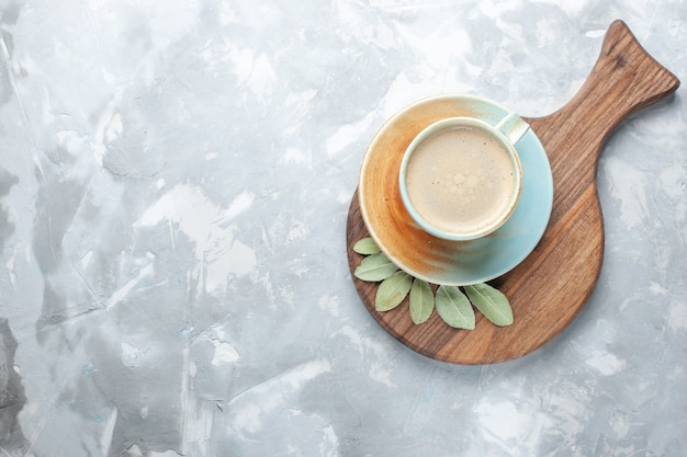 白い机の上のカップの中に牛乳が入ったコーヒーのトップビューカップコーヒーミルクデスクエスプレッソアメリカーノ 無料写真
