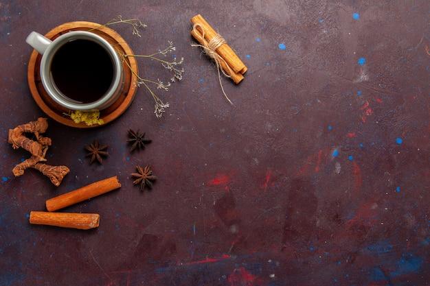 어두운 배경 차 음료 컬러 사진 달콤한 접시와 컵 안에 차의 상위 뷰 컵 무료 사진