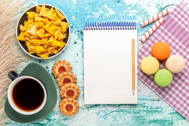 밝은 파란색 배경 쿠키 비스킷 설탕 달콤한 차 케이크 파이에 설탕 쿠키와 칩 차의 상위 뷰 컵 무료 사진