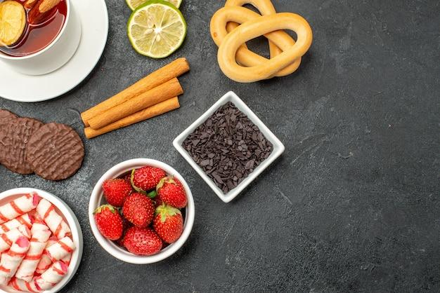 Vista dall'alto tazza di tè con biscotti e dolci Foto Gratuite