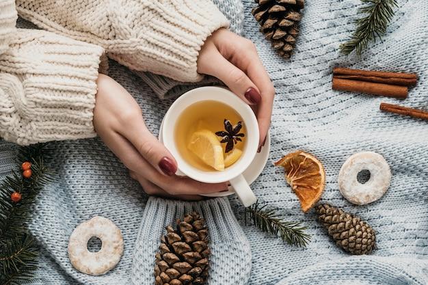 Tazza vista dall'alto con tè e anice stellato Foto Gratuite