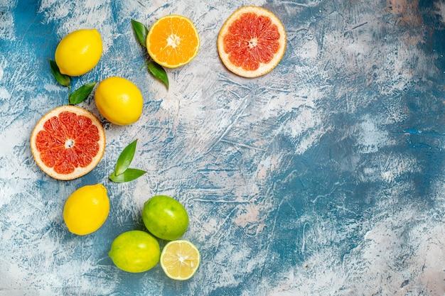 상위 뷰는 파란색 흰색 표면 무료 장소에 자몽 레몬을 잘라 무료 사진