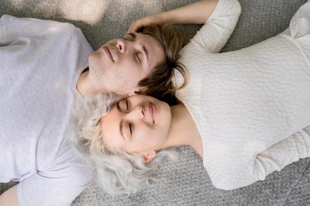 Vista dall'alto di coppia carina rilassante all'aperto su una coperta Foto Gratuite