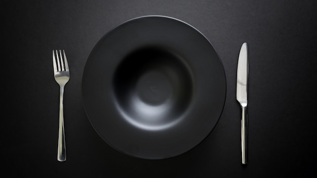 Top view of cutlery and empty plate Premium Photo
