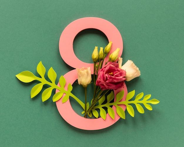 Vista dall'alto di data con composizione floreale per la festa della donna Foto Gratuite