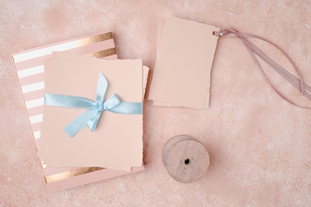 Top view decoration for wedding with envelopes Free Photo