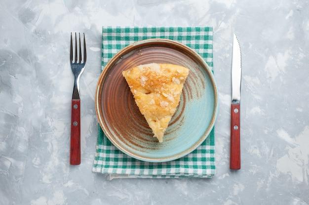 Vista dall'alto deliziosa torta di mele affettata all'interno del piatto sulla scrivania luce torta torta dolce zucchero cuocere il biscotto Foto Gratuite