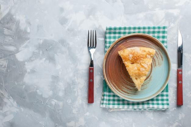 上面図白い机の上のプレートの内側にスライスされたおいしいアップルパイパイケーキ焼きビスケット 無料写真