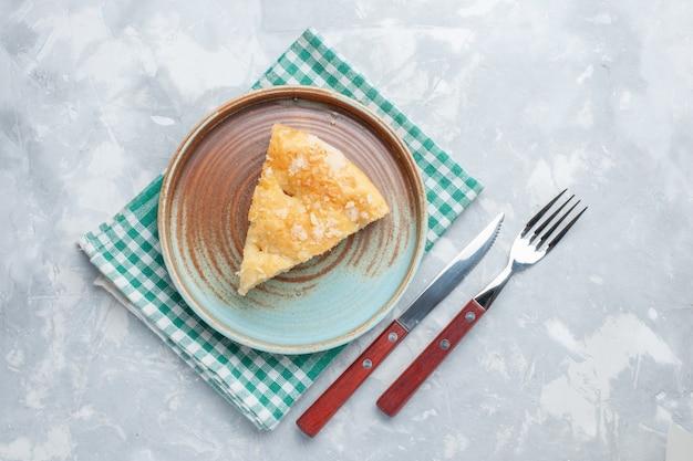 Vista dall'alto deliziosa torta di mele affettata all'interno della piastra sulla scrivania bianca torta torta dolce cuocere il biscotto Foto Gratuite