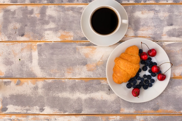 Top view of a delicious breakfast with croissants Premium Photo