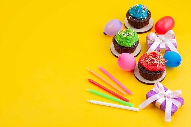 Una vista dall'alto deliziosi brownies a base di cioccolato insieme a caramelle e palline di colore giallo, torta di caramelle biscotto Foto Gratuite