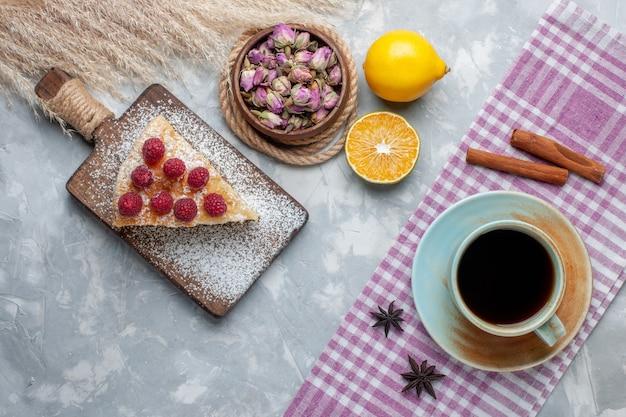 ライトデスクケーキビスケットスイートシュガーベイクにお茶とレモンスライスを添えたトップビューのおいしいケーキスライス 無料写真