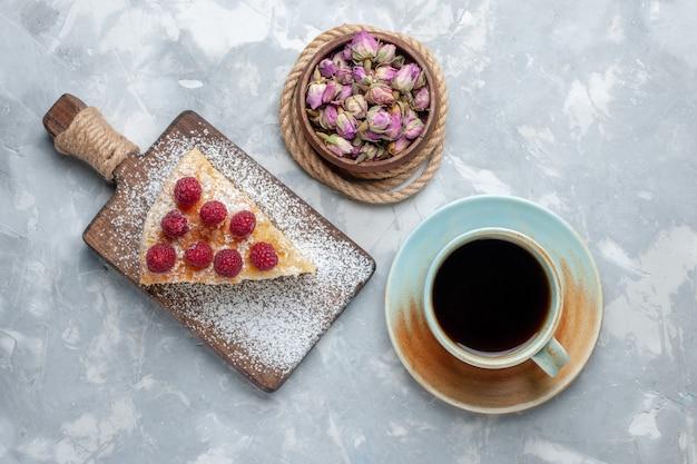 ライトデスクケーキビスケットスイートシュガーベイクにお茶を入れたトップビューのおいしいケーキスライス 無料写真