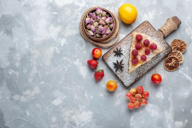 ライトデスクケーキビスケットスイートシュガーベイクにレモンとフルーツのトップビューおいしいケーキスライス 無料写真