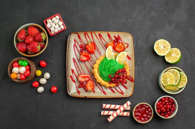 Vista dall'alto deliziosa torta con caramelle Foto Gratuite