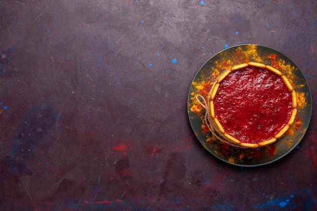 暗い机の上の赤いクリームとクッキーのトップビューおいしいケーキビスケットケーキシュガーパイ甘いクッキー 無料写真