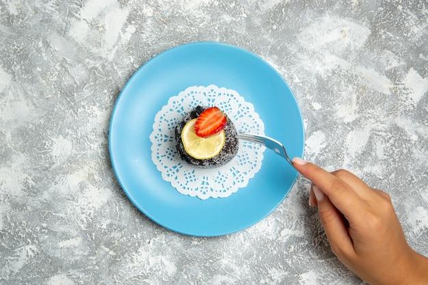 Vista dall'alto una deliziosa torta al cioccolato con glassa sulla superficie bianca biscotto di zucchero al cioccolato torta dolce Foto Gratuite