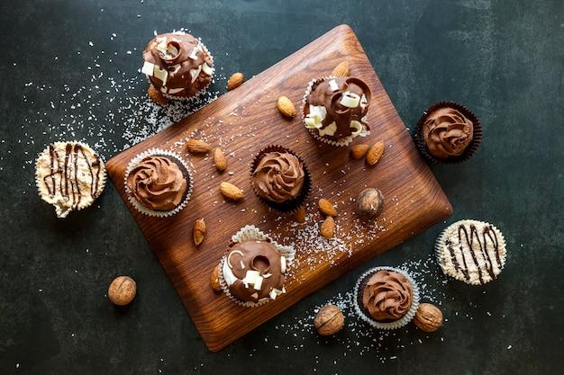 Vista dall'alto di deliziosi cupcakes al cioccolato Foto Gratuite