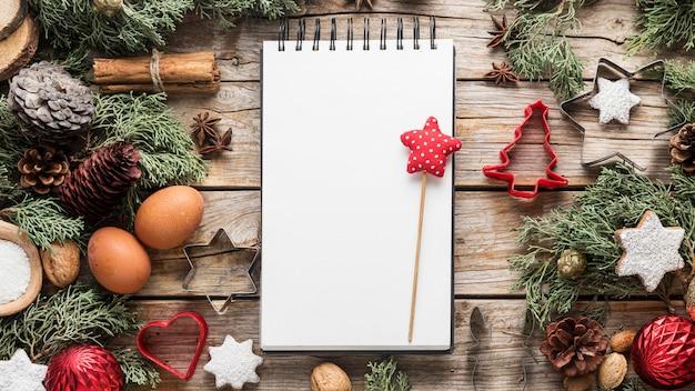 Вид сверху вкусные рождественские лакомства с пустым блокнотом Бесплатные Фотографии