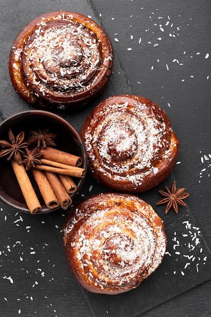 Vista dall'alto del delizioso concetto di panini alla cannella Foto Gratuite