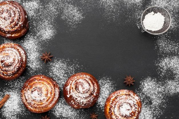 Vista dall'alto di deliziosi panini alla cannella con copia spazio Foto Gratuite