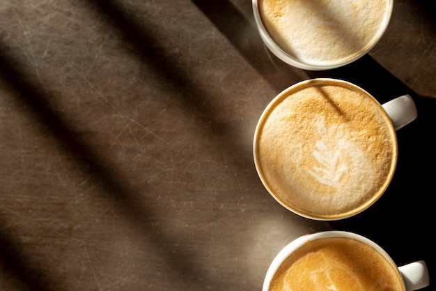 Top view delicious coffee cups with milk on the table Free Photo