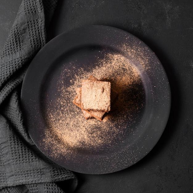 Vista dall'alto delizioso dessert ricoperto di cacao Foto Gratuite