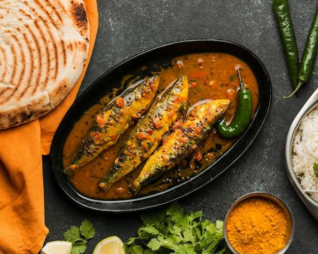 Vista dall'alto delizioso pasto di pesce Foto Gratuite