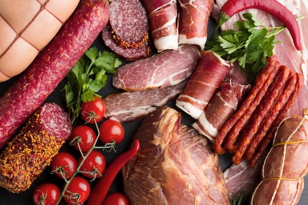 Вид сверху вкусного мяса для гурманов на столе Premium Фотографии