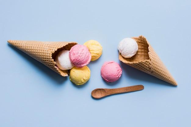 トップビューコーンのおいしいアイスクリーム 無料写真