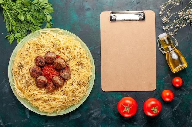 上面図青い背景にミートボールとトマトソースのおいしいイタリアンパスタ生地パスタ料理肉ディナーフードイタリア 無料写真