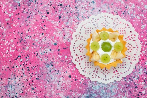 Vista dall'alto deliziosa piccola torta con banane e kiwi sulla superficie viola zucchero dolce frutta Foto Gratuite