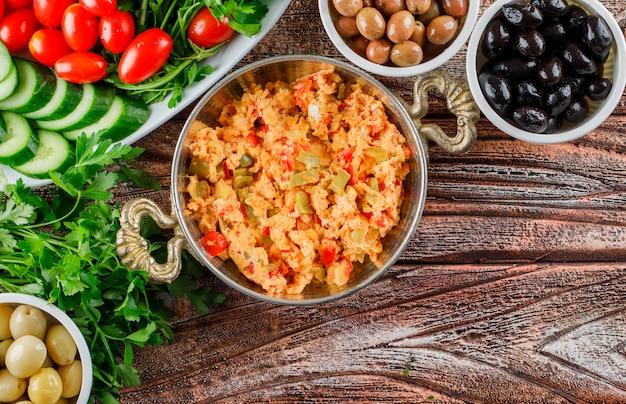 トップビューサラダ、鍋に漬物、木の表面にボウルに漬物 無料写真