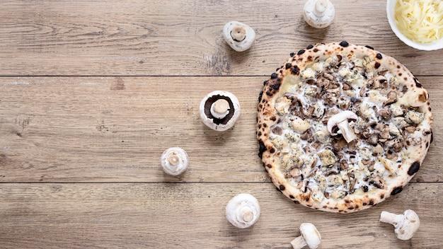 トップビューおいしいキノコのピザ 無料写真
