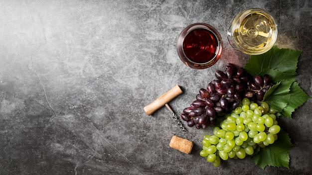 Vista dall'alto delizioso vino biologico e uva Foto Gratuite