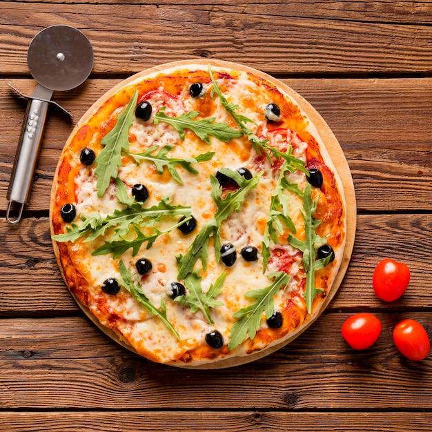 Vista dall'alto del delizioso concetto di pizza Foto Gratuite