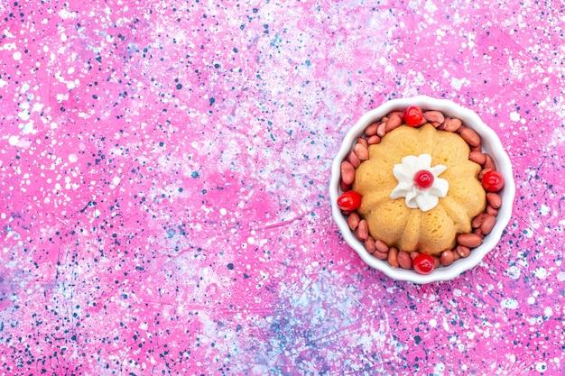 Vista dall'alto della deliziosa torta semplice con crema e arachidi fresche sulla scrivania luminosa, dado dolce biscotto zucchero torta Foto Gratuite
