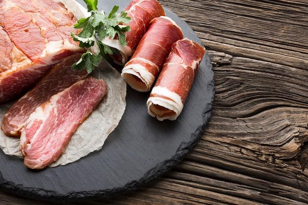 Вид сверху вкусной свинины на тарелке Premium Фотографии
