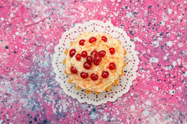 Вид сверху вкусный круглый торт со свежей красной клюквой на фиолетовом настольном сахаре Бесплатные Фотографии