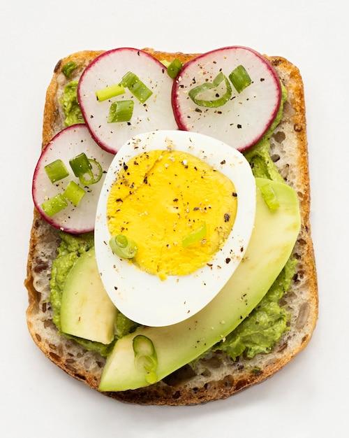 Vista dall'alto di un delizioso panino con uova e avocado Foto Gratuite
